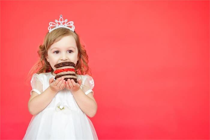 מה הקשר בין השמנה בילדות לשימוש בחומרים ממכרים?