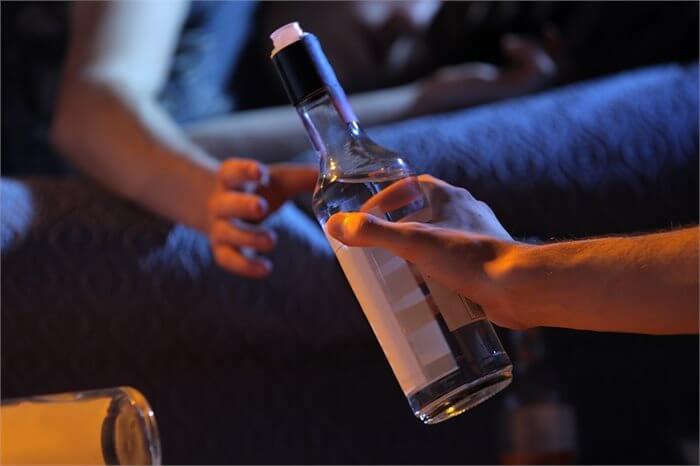 עדיף כבר שישתו בבית? ממצאים חדשים על צריכת אלכוהול של מתבגרים