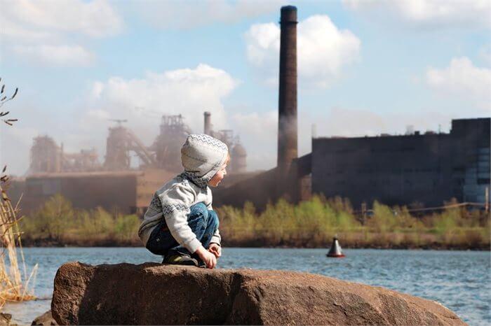 בין זיהום אוויר לבעיות רגשיות והתנהגותיות של ילדים