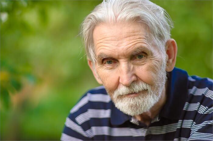 מהי ההשפעה המפתיעה של הגיל על בריאות נפשית?