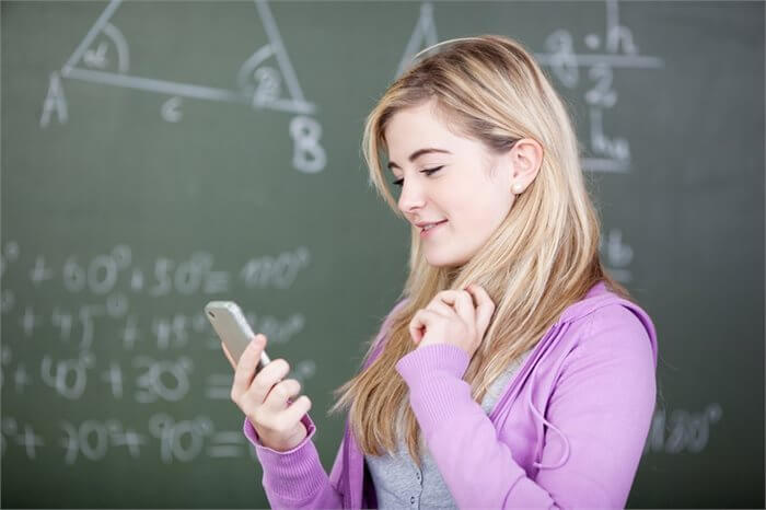 סטודנט, נהנה מטלוויזיה, אינטרנט ו-SMS? הציונים שלך קצת פחות
