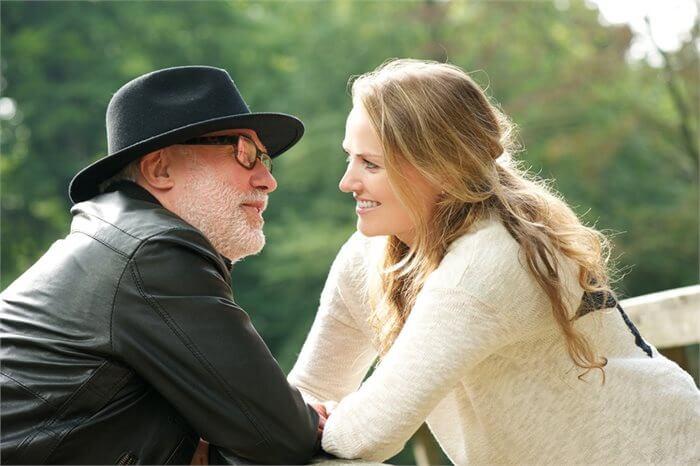 התאהבות בבני זוג מבוגרים: בחירה או בעיה?