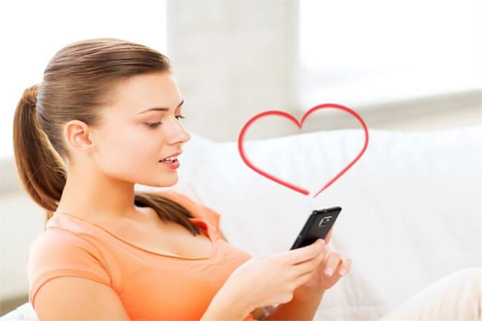 המתבגר שולח הודעות טקסט עם גוון מיני? קרא מה זה אומר על המיניות שלו