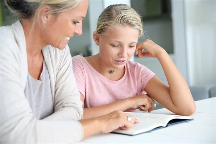 האם כדאי לעזור למתבגר עם שיעורי הבית שלו?