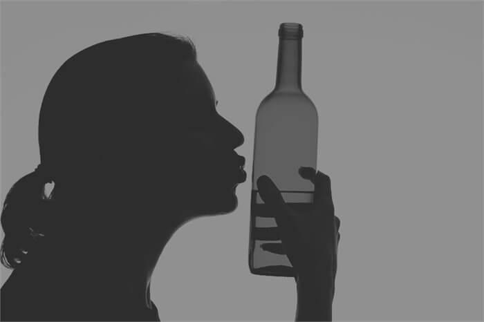 צריכת אלכוהול בגיל ההתבגרות מקשה על התמודדות עם קשיים בבגרות