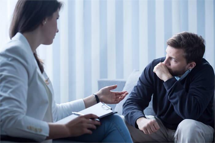 על הספה: הרהורים מחדר הטיפולים. והפעם: איך עושה פסיכולוג?