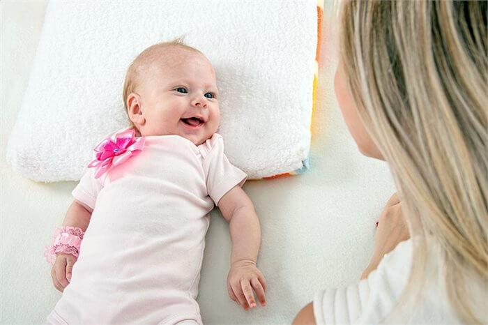 מסתכלים בלבן של עיניים: איך המבט שלך משפיע על התינוק?