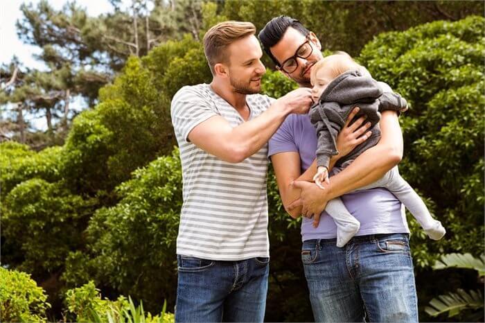 הסוף לסטיגמה: הורות חד-מינית לא משפיעה על הזהות המגדרית של ילדיהם