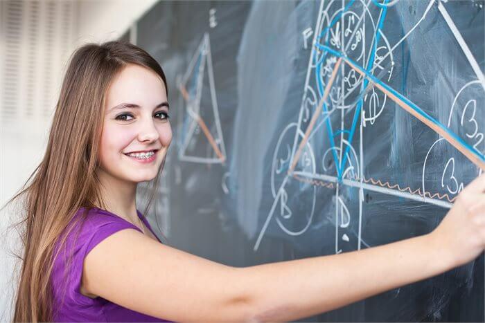 רוצים שהילדה תלמד 5 יחידות מתמטיקה? מחקר חדש מציע לכם מה לעשות