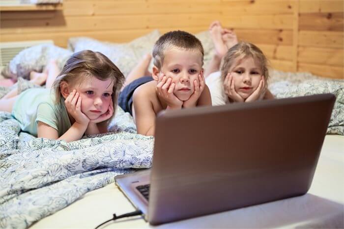 הבעיה היא במיקום: איך נצמצם את ההשפעות המזיקות של המדיה על ילדינו?